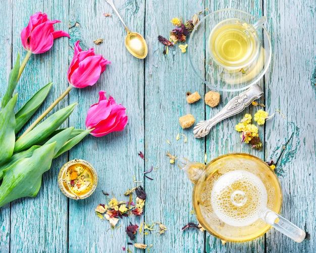 Herbata ziołowa i tulipan wiosenny