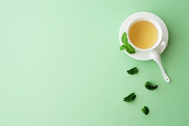 Herbata ziołowa miętowa w białej filiżance