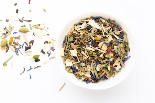 Herbata ziołowa na białym tle. owoce i zioła, herbata, kurkuma, imbir widok z góry.