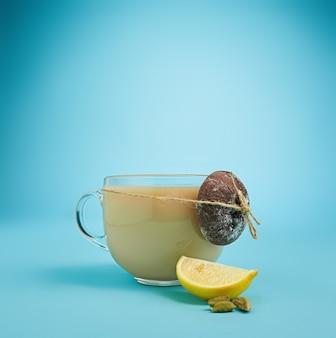 Herbata ziołowa na niebieskim tle