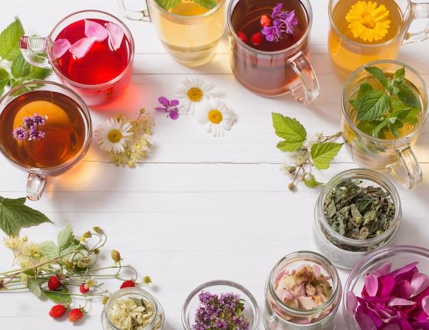 Herbata ziołowa w filiżankach