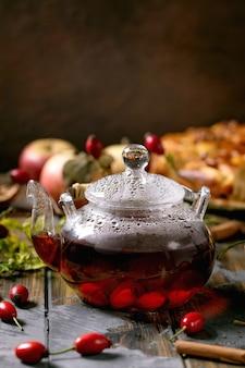 Herbata ziołowa z dzikiej róży w szklanym czajniczku