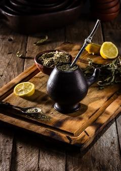 Herbata ziołowa z gorącym napojem w ameryce łacińskiej
