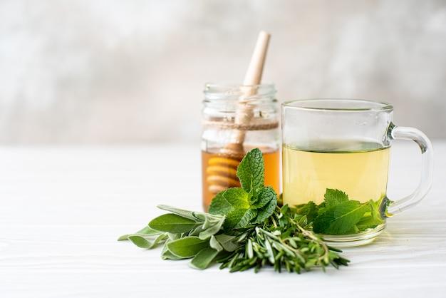 Herbata ziołowa z miętą, tymiankiem, szałwią