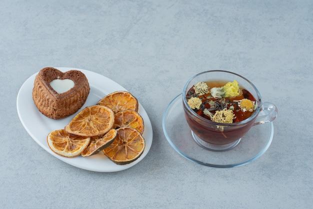 Herbata ziołowa z suszoną pomarańczą na białym tle. wysokiej jakości zdjęcie