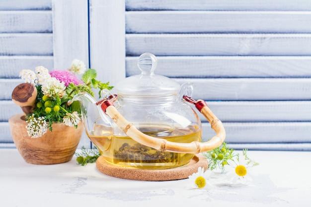 Herbata ziołowa z ziołami i kwiatami