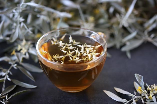 Herbata ziołowa ze świeżymi liśćmi rokitnika zwyczajnego