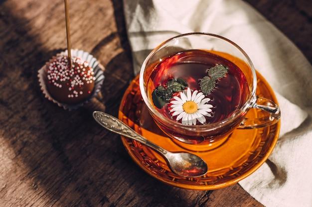 Herbatę z miętą i rumiankiem przyjemnie jest pić na zewnątrz w upalny letni dzień