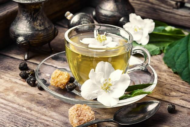 Herbatka ziołowa z kwiatami jaśminu