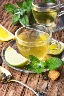 Herbaty ziołowe z limonką i listkami mięty
