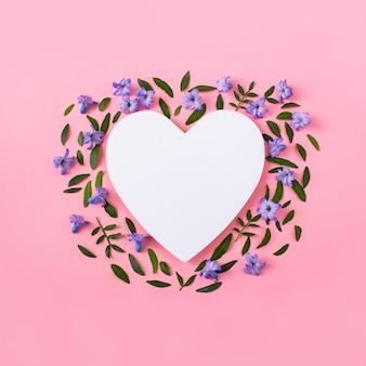Hiacyntowe kwiaty i zielone liście na różowym tle.