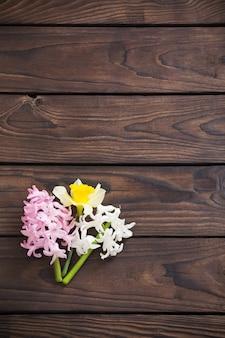 Hiacyntowe kwiaty na ciemnym drewnianym