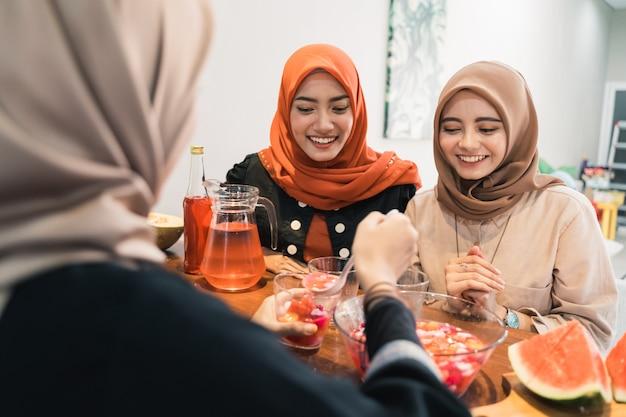 Hidżab kobiety i przyjaciele szybko łamią słodkie napoje