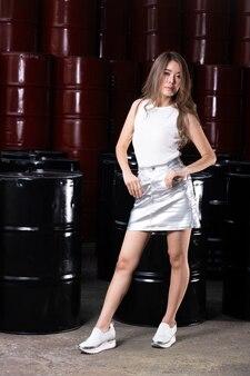 High fashion asian model woman nosić nowoczesną białą srebrną sukienkę z makijażem na nowy sezon trendów.