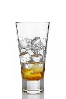 Highball szkło z lodem i whisky odizolowywającymi na bielu
