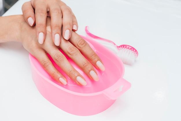 Higiena i pielęgnacja paznokci, palce trzymane w wodzie