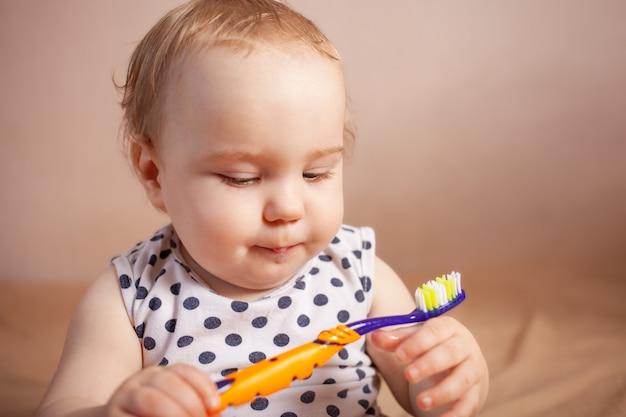 Higiena jamy ustnej szczęśliwa mała dziewczynka myje zęby