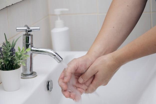 Higiena osobista, czyszczenie rąk w celu zapobiegania koronawirusom
