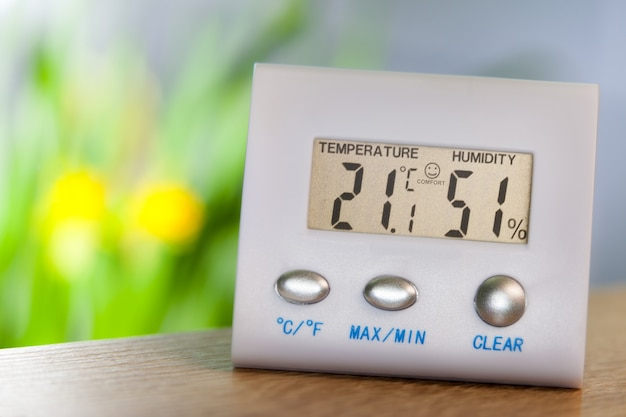 Higrometr na stole pokazuje komfortową temperaturę i wilgotność