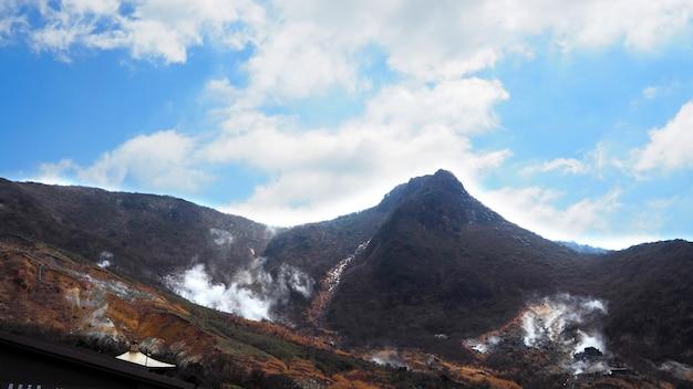 Hill i jasne, błękitne niebo i białe chmury i krajobraz na zewnątrz przyrody.