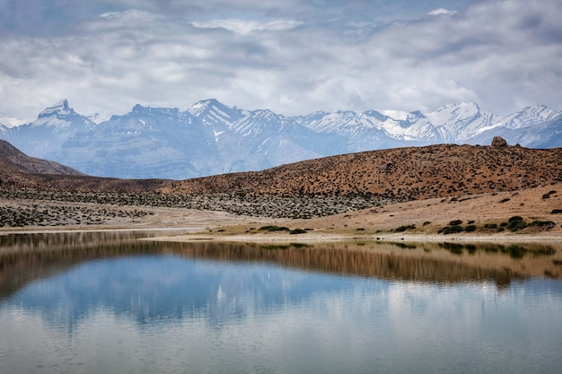 Himalaje gór odbijające się w górskim jeziorze dhankar lake. dolina spiti, himachal pradesh, indie