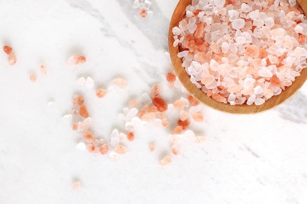 Himalajska różowa sól kamienna w drewnianej misce