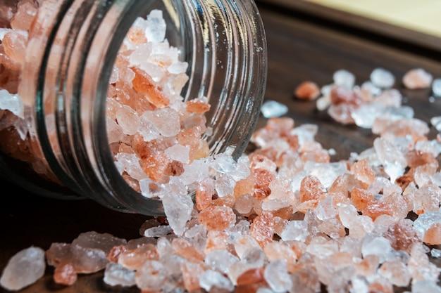 Himalajska sól na drewnianym stole