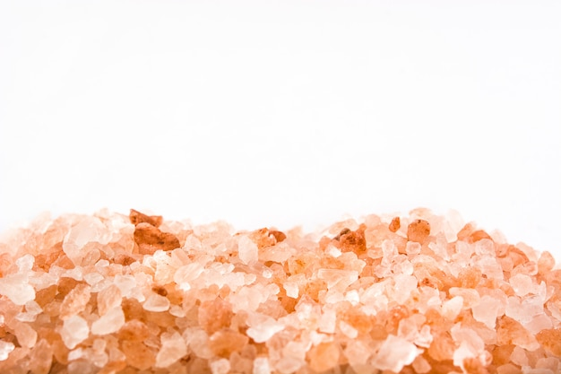 Himalajska sól odizolowywająca na biel kopii przestrzeni