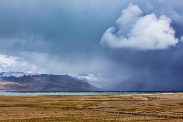Himalajski jeziorny tso kar w himalajach, ladakh, india
