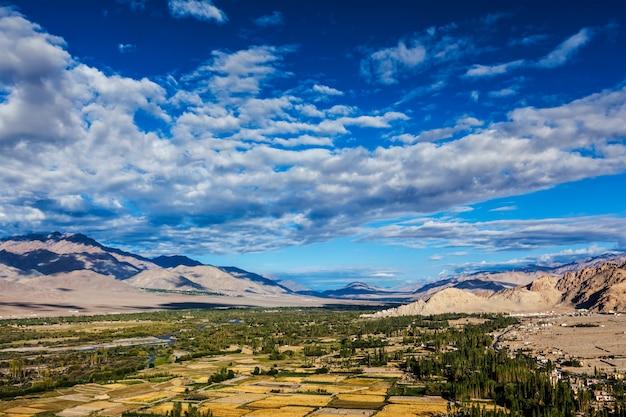 Himalajski krajobraz doliny indusu otoczonej przez góry karakoram himalaje. ladakh, indie
