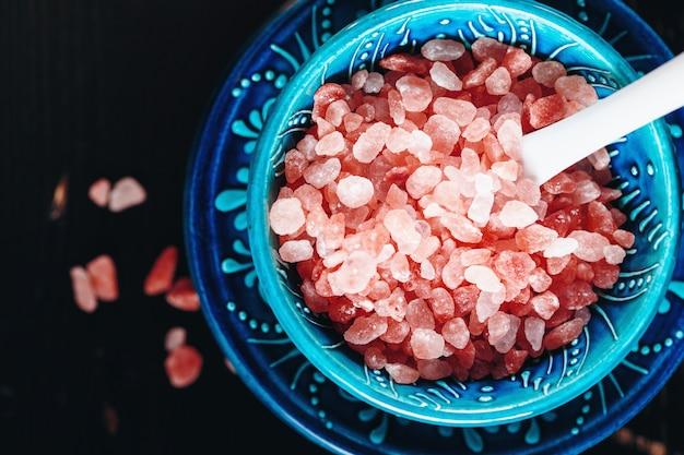 Himalajskie różowe kryształy soli z bliska