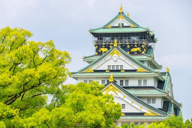 Himeji znany jako zamek osaka na tle nieba