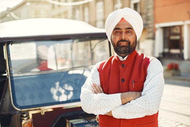 Hindus w mieście. mężczyzna w tradycyjnym turbanie. hinduista w letnim mieście.
