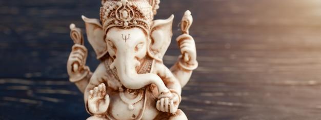 Hinduski bóg ganesh na czarno