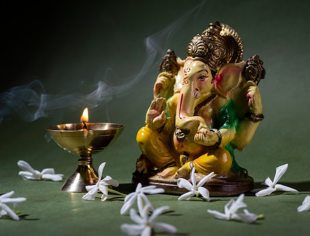 Hinduski bóg ganesha. ganesha idol. kolorowa statua ganesha idol na ciemnym tle. miejsce na tekst lub nagłówek.