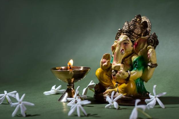 Hinduski bóg ganesha. ganesha idol. kolorowy posąg ganesha idol. miejsce na tekst lub nagłówek.