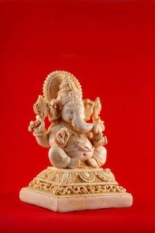 Hinduski bóg ganesha. ganesha idol na czerwonej przestrzeni
