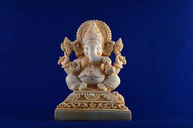 Hinduski bóg ganesha. ganesha idol na niebieskim tle