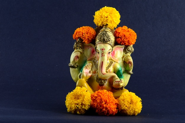 Hinduski bóg ganesha. ganesha idol na szarym tle.