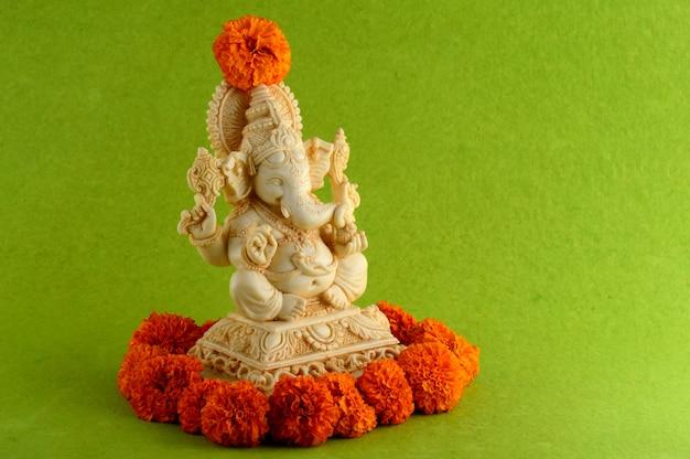 Hinduski bóg ganesha. ganesha idol na zielonym tle