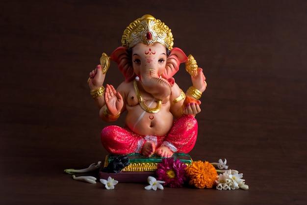 Hinduski bóg ganesha. ganesha idol w ciemności.