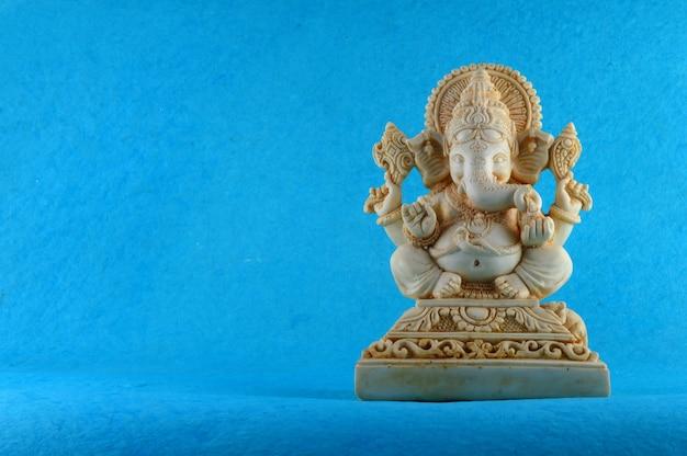 Hinduski bóg ganesha idol na niebieskiej powierzchni