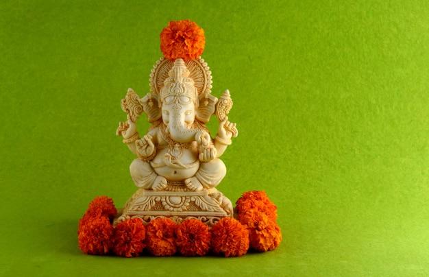 Hinduski bóg ganesha idol na zielonej powierzchni