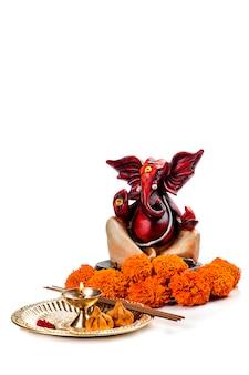 Hinduski bóg ganesha na białym tle