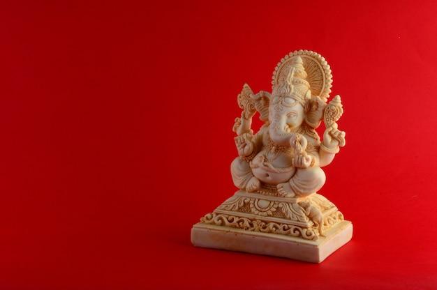Hinduski bóg ganesha na czerwonym tle
