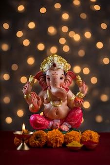 Hinduski bóg ganesha z niewyraźnymi światłami bokeh, ganesha idol.