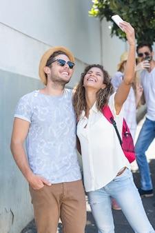 Hip para biorąc selfie na ulicy