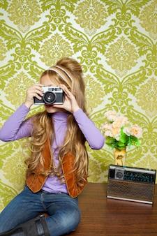 Hip retro mała dziewczynka strzelanie zdjęcie na vintage aparatu