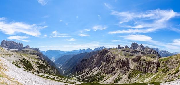 Hiper panorama doliny i parku narodowego tre cime di lavaredo. włoskie dolomity, włochy.