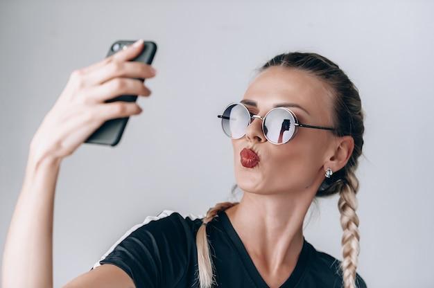 Hipis dziewczyna robi selfie